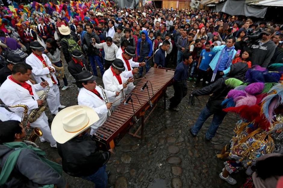 Un grupo de músicos ameniza la celebración tocando la marimba para conmemorar a Santo Tomás, patrono del lugar. (Foto: Esteban Biba/EFE)