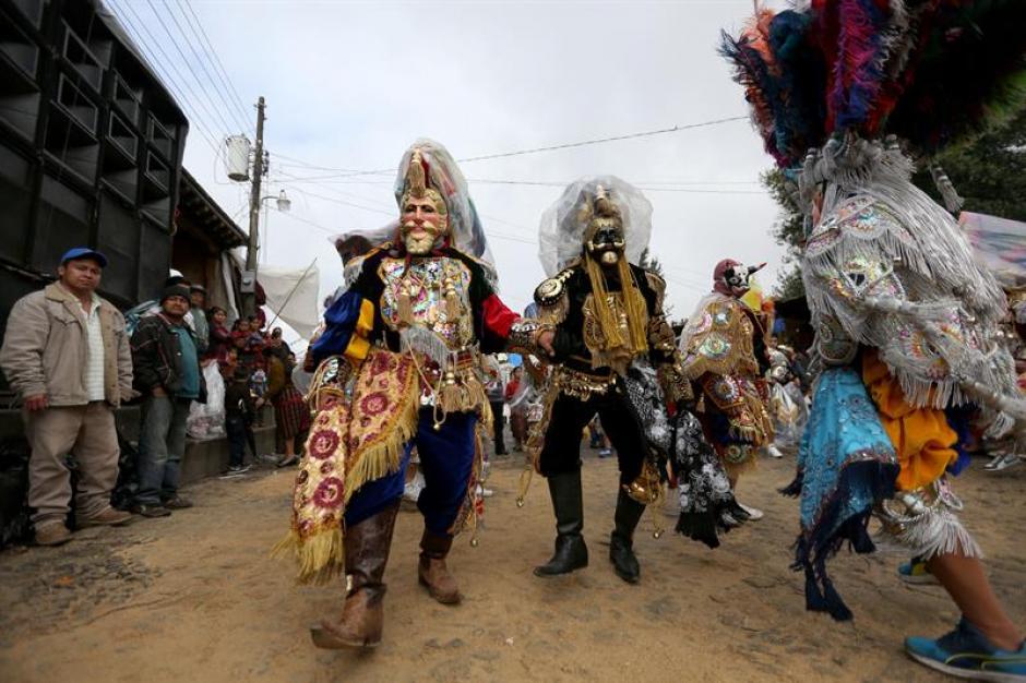"""Durante la celebración """"moros"""" realizaron bailes tradicionales en honor al patrono de Chichicastenango. (Foto: Esteban Biba/EFE)"""