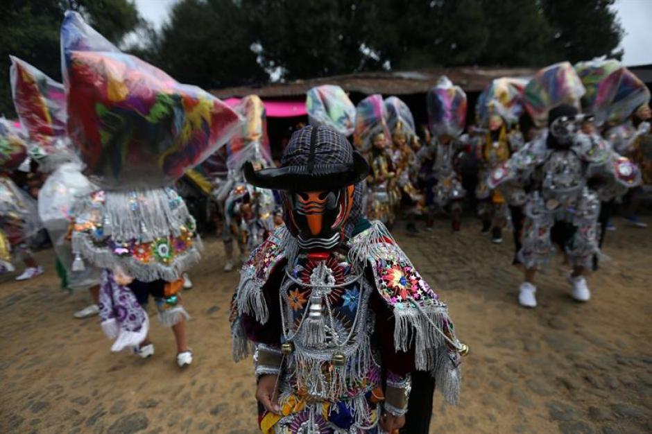 Con sus mejores galas, bailarines tomaron las calles para celebrar a Santo Tomás, patrono de Chichicastenango. (Foto: Esteban Biba/EFE)