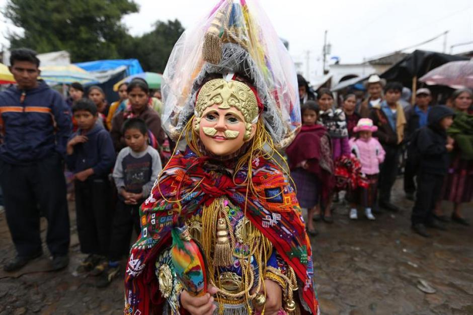Un niño disfrazado de conquistador espera su momento para bailar durante las celebraciones en Chichicastenango. (Foto: Esteban Biba/EFE)