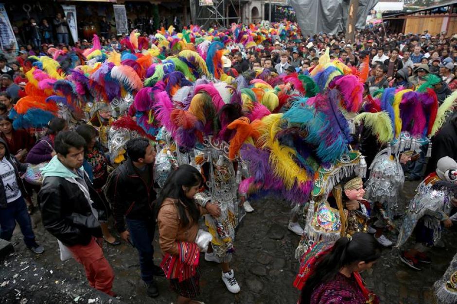 Bailarines abarrotan la calle con colores llamativos durante los festejos al patrono Santo Tomás, en Chichicastenango. (Foto: Esteban Biba/EFE)