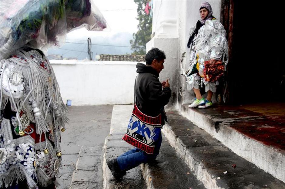 Durante los festejos fieles realizan oraciones en la entrada de la iglesia de Chichicastenango. (Foto: Esteban Biba/EFE)
