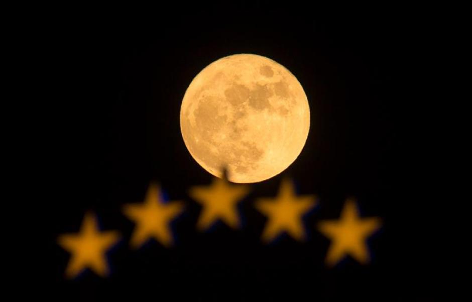 La luna junto con las estrellas de un hotel en Skopje, Macedonia. (Foto EFE)