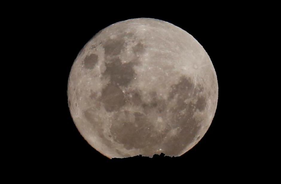 La luna llena desde el Parque Nacional de Site Table de Ciudad del Cabo, Sudáfrica. (Foto EFE)