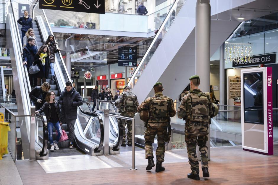 Soldados franceses patrullan la estación Saint Lazare de París, Francia, hoy, 30 de diciembre de 2015. Francia desplegará unos 60.000 agentes de policía para garantizar laseguridaddurante los festejos de Nochevieja, un mes y medio después de los atentados yihadistas que dejaron 130 muertos en la capital gala. EFE/CHRISTOPHE PETIT TESSON