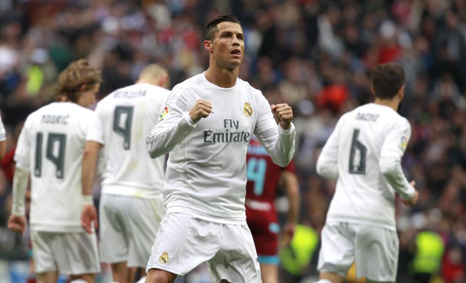 El delantero del Real Madrid, Cristiano Ronaldo celebra el gol que anotó de penal en el primer tiempo del partido. Ronaldo fue decisivo en el encuentro. (Foto: EFE/Víctor Lerena)