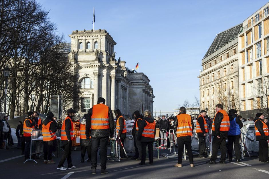 En Alemania el dispositivo policial se pudo observar en todas las ciudades, como enReichstag en Berlín. (Foto: EFE)