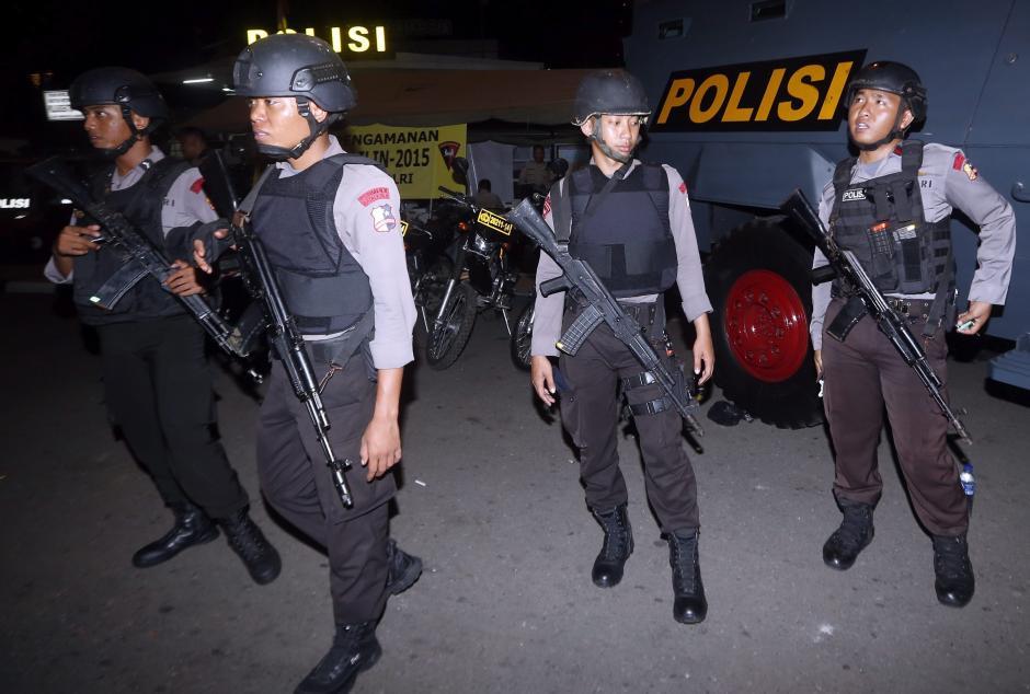Agentes de policía indonesios permanecen en guardia en una calle en Yakarta, Indonesia, hoy, 31 de diciembre de 2015. Siete supuestos miembros de un grupo armado, sospechoso de seguir la doctrina del Estado Islámico (EI), fueron detenidos en las islas Célebes por las fuerzas deseguridadde Indonesia. (Foto: EFE)