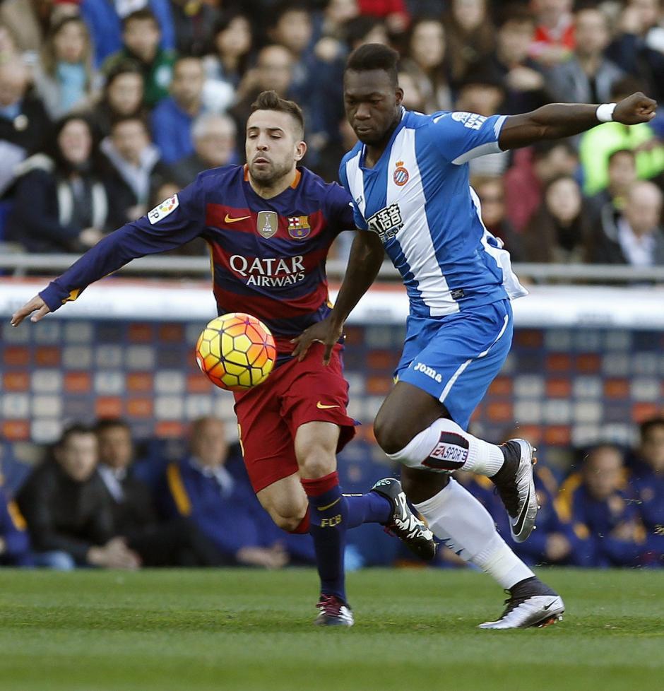 El delantero ecuatoriano del Espanyol Felipe Caicedo (d), pelea un balón con el defensa del Barcelona Jordi Alba, durante el partido de la decimoctava jornada de liga Española. (Foto:EFE/ Andreu Dalmau)