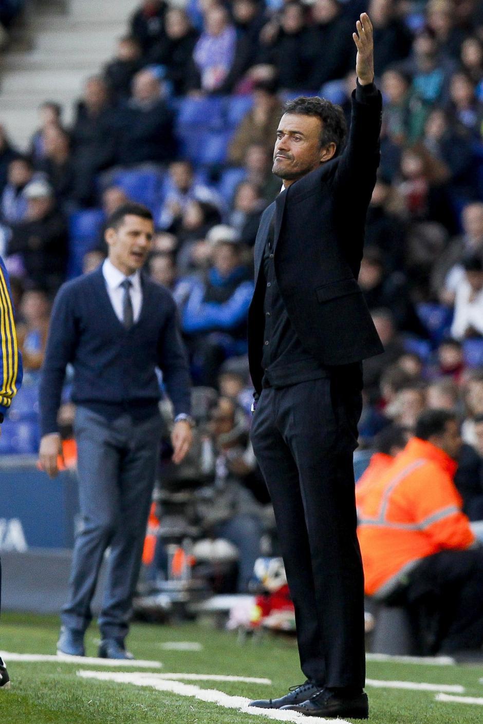 El entrenador del Barcelona, Luis Enrique Martínez, da instrucciones a sus jugadores en su partido ante el Espanyol. (Foto:EFE/ Quique García)
