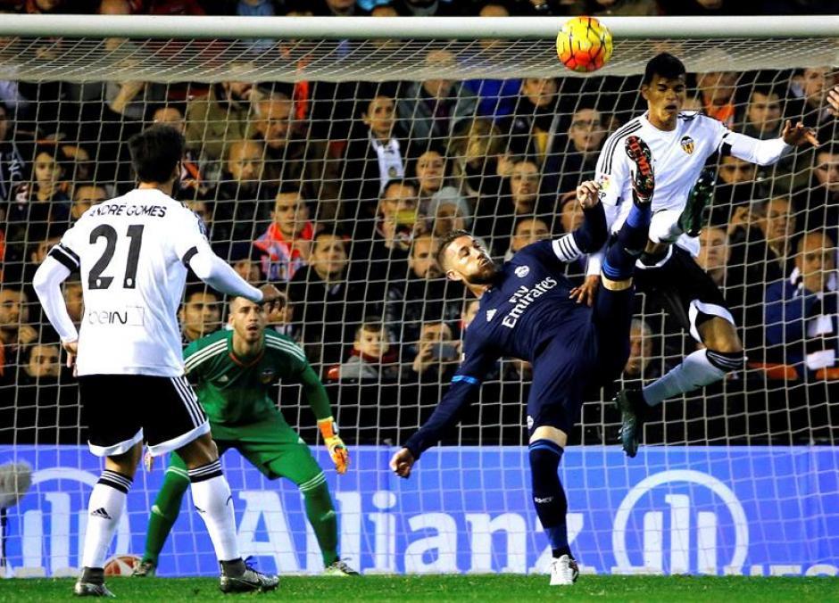 Sergio Ramos intenta a la ofensiva, Real Madrid no pudo cortar ventajas en la parte alta de la tabla de la Liga.(Foto: EFE)