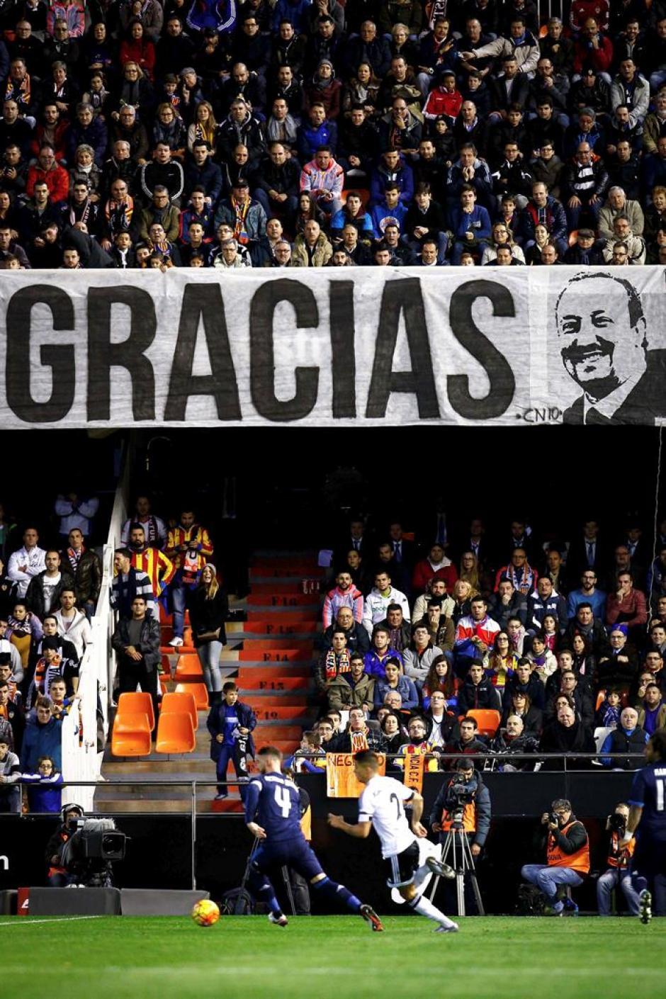 La afición de Valencia reconoció a Rafael Benítez, (ahora técnico de Real Madrid) quien tuvo exitoso paso por Valencia, ganando la Copa de la UEFA en 2004.(Foto: EFE)