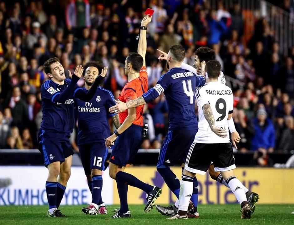 El árbitro Sánchez Martínez saca tarjeta roja al centrocampista croata del Real Madrid Mateo Kovacic. (Foto: EFE)