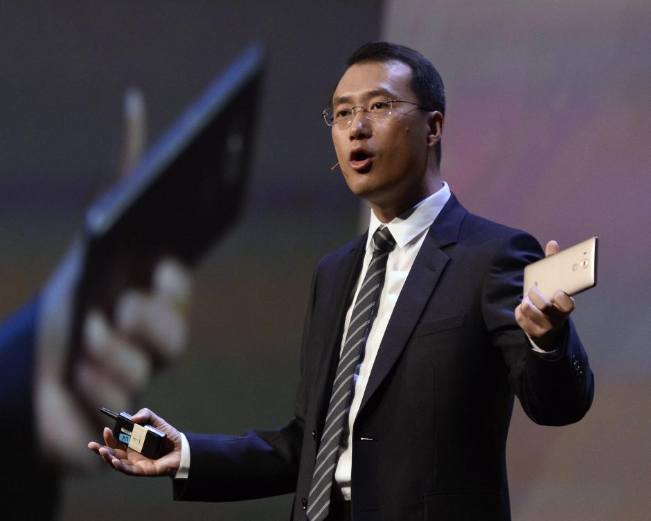 El presidente de Huawei Consumer BG Handset Business, Kevin Ho, presenta el teléfono Mate 8 en el CES en Las Vegas, Nevada (EE.UU.). (Foto: EFE/Paul Buck)