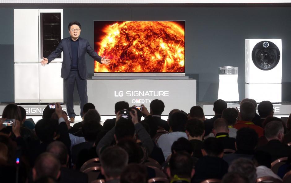 El jefe tecnológico de LG Electronics Co., Ahn Seung-kwon, habla durante una conferencia de prensa para lanzar la nueva marca LG Signature, en un hotel de Las Vegas, Nevada. (Foto: EFE)