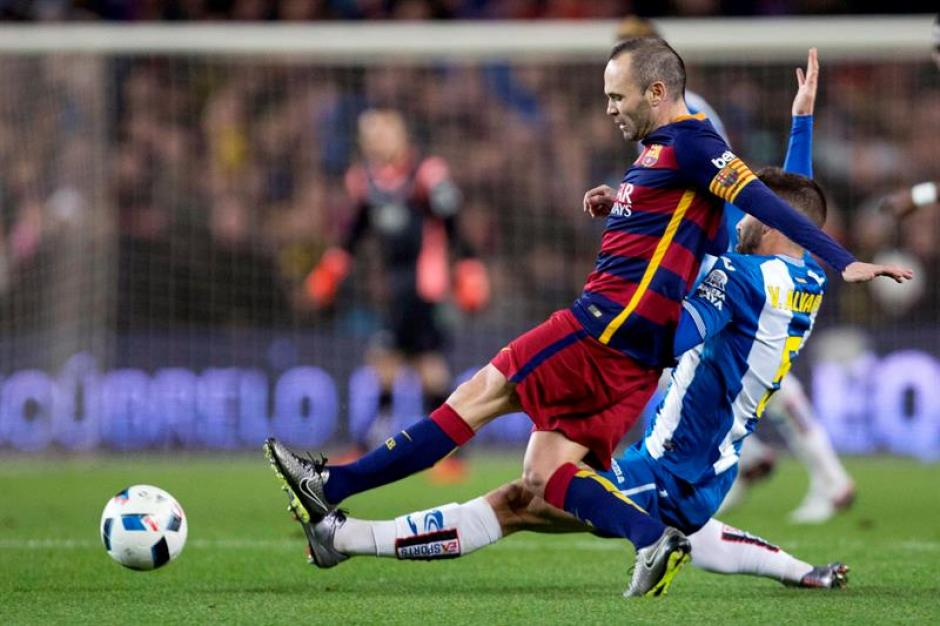 Andrés Iniesta manejó los hilos del Barcelona en el medio campo.(Foto: EFE)