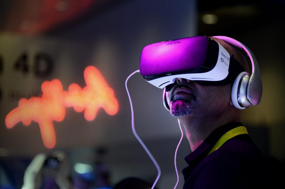 Un hombre prueba un par de gafas de realidad virtual Samsung Gear VR durante la CES en Las Vegas. (Foto: EFE/Paul Buck)