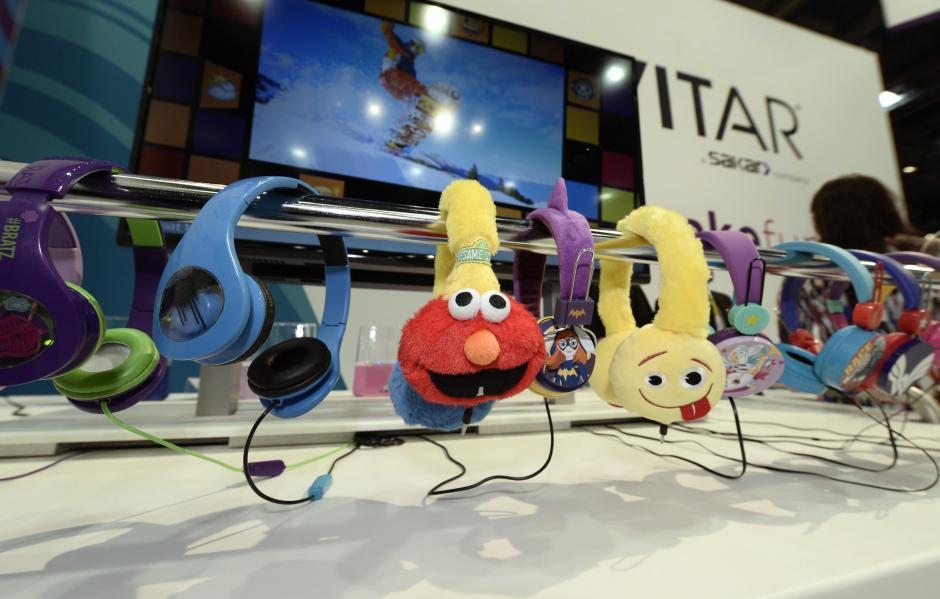 Vista de audífonos para niños Vivitar exhibidos en la CES 2016. (Foto: EFE/Paul Buck)