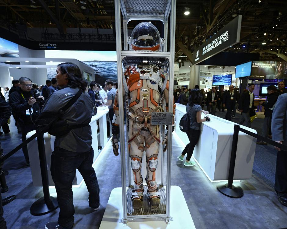 Vista del exhibido traje The Surface Suit usado por el actor estadounidense Matt Damon en el filme The Martian. (Foto: EFE/Paul Buck)