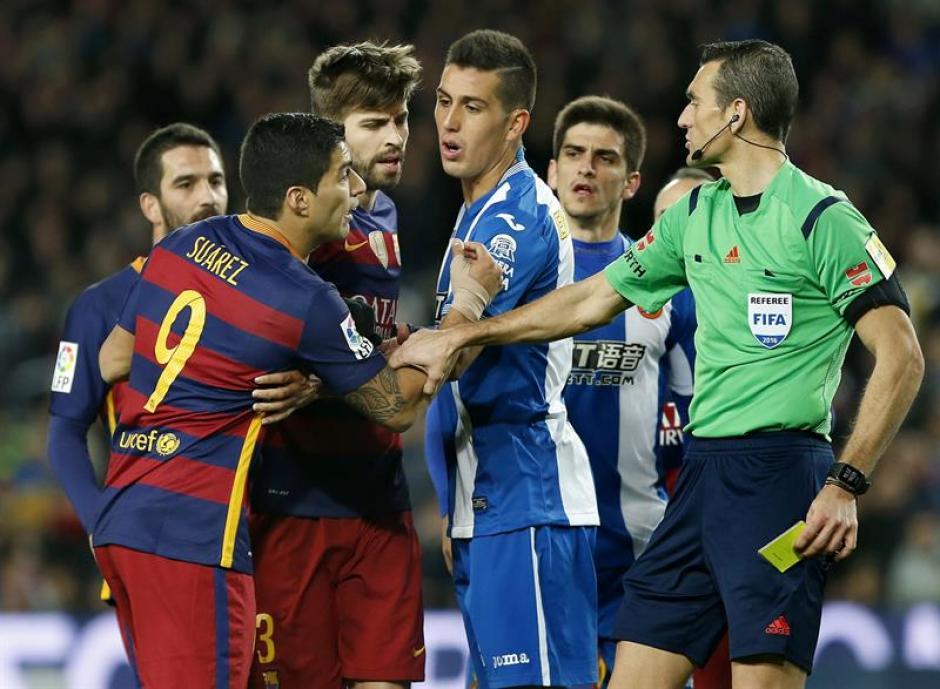 Espanyol terminó con dos jugadores menos; hubo empujones e insultos con Luis Suárez.(Foto: EFE)