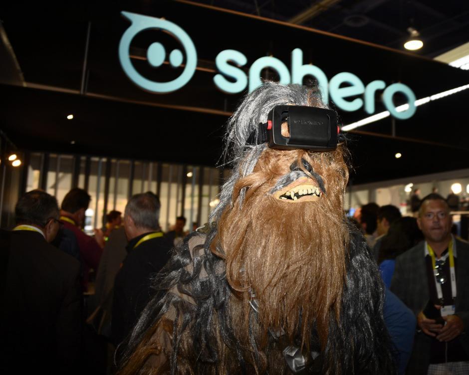Un hombre disfrazado de Chewbacca utiliza gafas de realidad virtual. (Foto: EFE/Paul Buck)