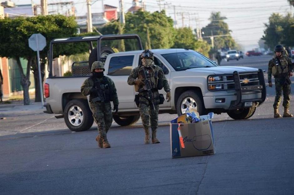 Integrantes de la Marina Armada de México en la ciudad de Los Mochis, estado de Sinaloa durante el operativo. (Foto: EFE)