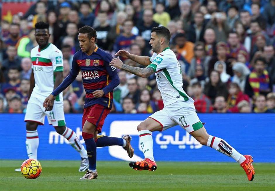 Neymar anotó el cuarto gol de Barcelona y sumó su tanto número 15 en la Liga, empata en el rubro de goleadores a su compañero de equipo, Luis Suárez.(Foto: EFE)