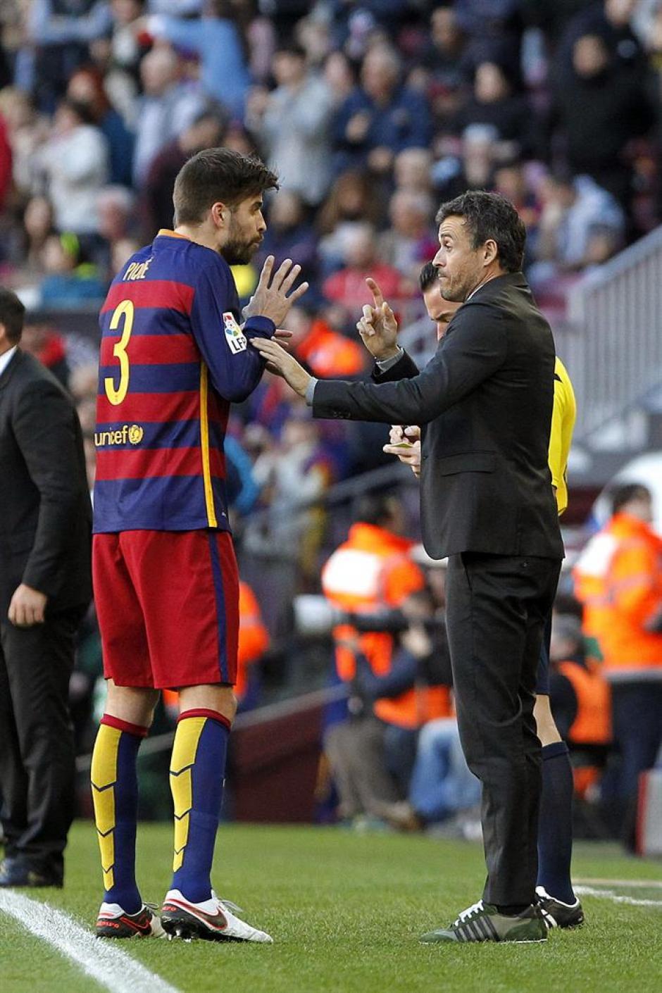 Piqué recibe las indicaciones del técnico Luis Enrique, a un costado del campo.(Foto: EFE)