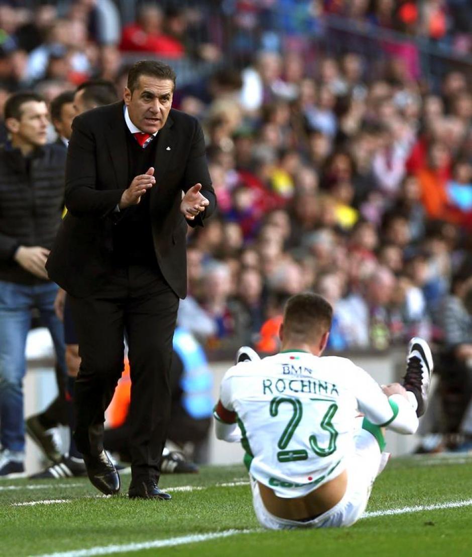 El técnico de Granada, José Ramón Sandoval, anima a sus jugadores en su área técnica.(Foto: EFE)