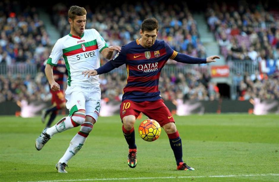 Messi se vuelve a lucir dentro del terreno de juego. A pocas horas de conocer quién será el Balón de Oro 2015, anotó tres goles ante Granada.(Foto: EFE)
