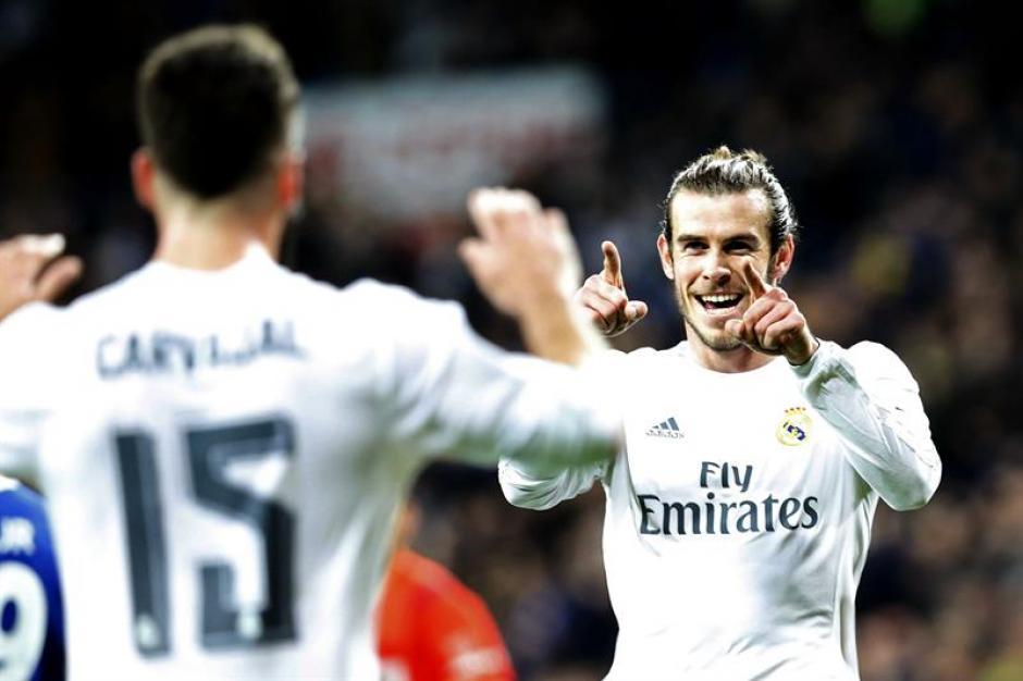 """Gareth Bale se llevó la pelota al final de los 90 minutos. """"El jugador del partido""""; tres goles, en la goleada de Real Madrid ante el Deportivo de la Coruña. (Foto: EFE)"""
