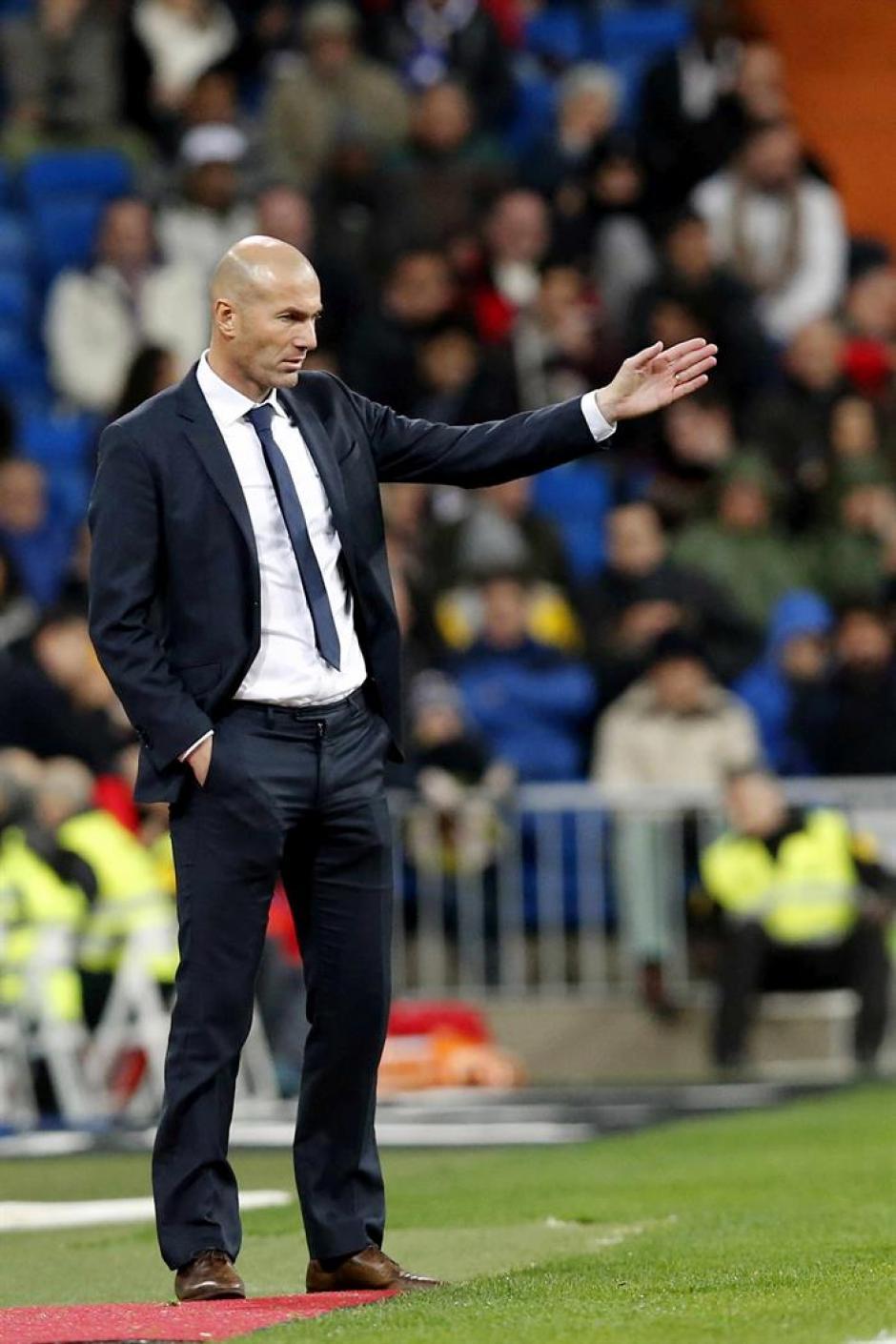 El francés, Zinedine Zidane, debutó con goleada en el banquillo de Real Madrid. Estuvo de pie casi los 90 minutos, lució con traje formal.(Foto: EFE)