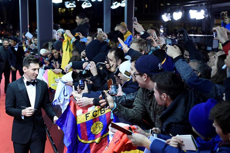 Messi saludó a los aficionados que se acercaron a saludarlo, previo a la gala del Balón de Oro 2015. (Foto: EFE)