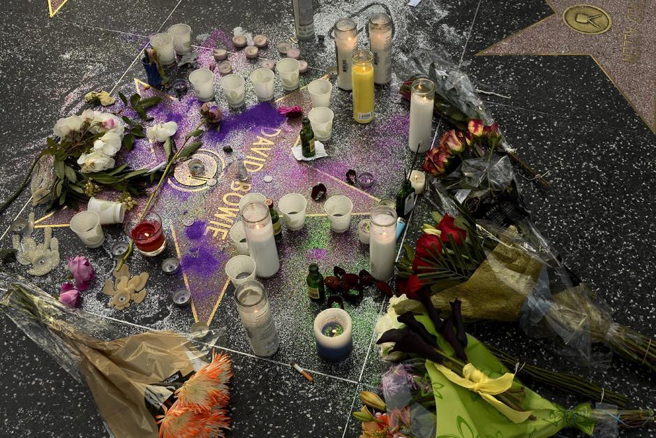 Flores y velas adornan la estrella del cantante en el Paseo de la Fama de Hollywood. (Foto: EFE/Paul Buck)