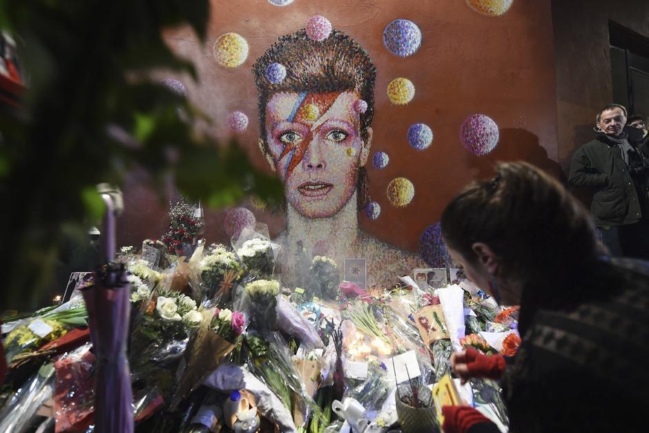 Varias personas rinden homenaje a Bowie, en Brixton, Londres, lugar donde nació (Foto: EFE/Andy Rain)