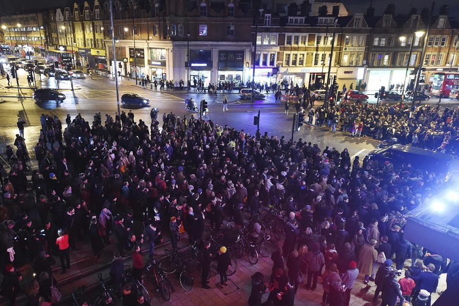 Cientos de personas riden homenaje al cantante británico David Bowie en el barrio donde creció. (Foto: EFE/Andy Rain)