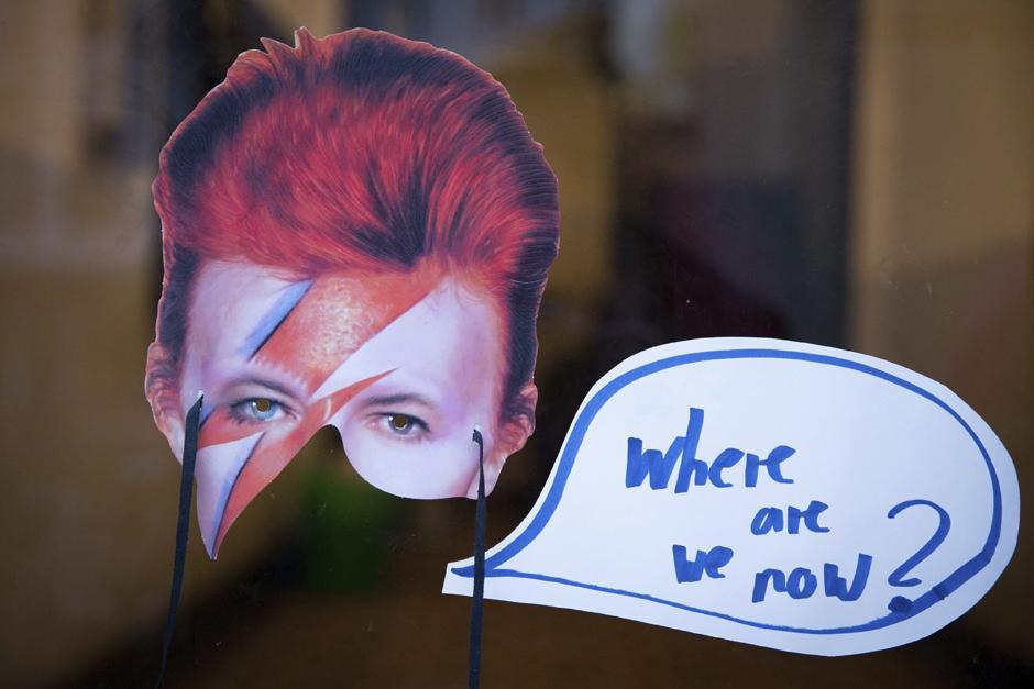 """Calcomanía con la leyenda """"DONDE ESTAMOS AHORA"""" fue pegada por un fan en el portal de la antigua residencia de David Bowie en Berlin, Alemania. (Foto: EFE/Kay nietfeld)"""