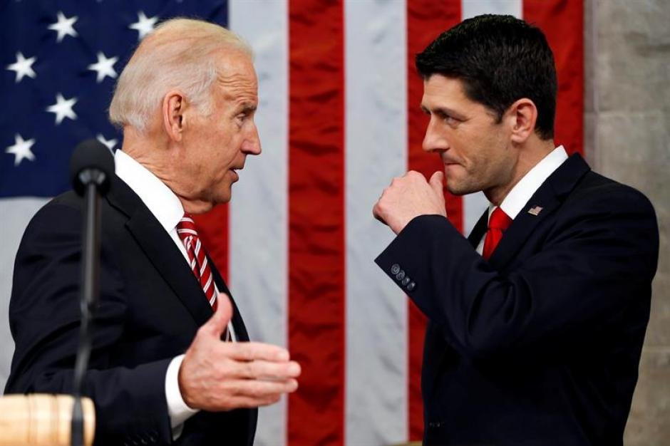 El vicepresidente de Estados Unidos, Joe Biden habla con el vocero Paul Ryan, momentos antes del discurso del Estado de la Unión. (Foto: EFE)