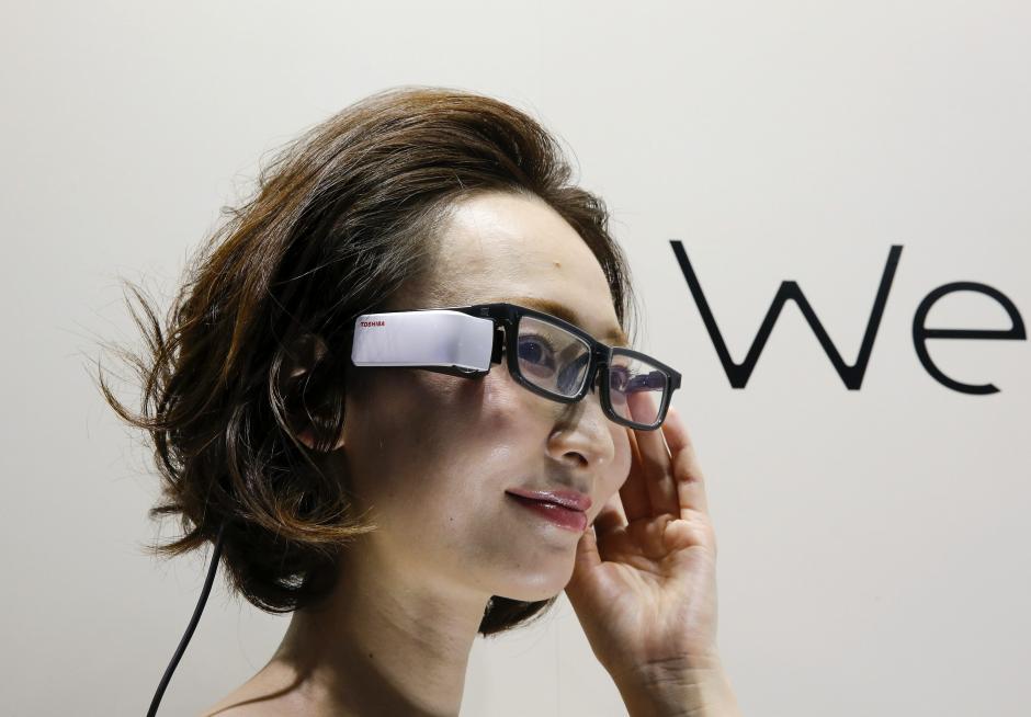 """Una modelo hace una demostración de las """"Smart Glass"""" Wearvue de Toshiba Corp. durante la segunda feria de la tecnología portátil de Tokio (Japón). (Foto: EFE/Kimimasa Mayama)"""