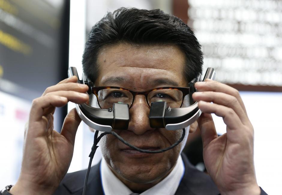 """Un empleado hace una demostración de las """"Smart Glass"""" b.g. diseñadas por Meganesuper Co para la dilatación visual durante la segunda feria de la tecnología portátil de Tokio. (Foto: EFE/Kimimasa Mayama)"""