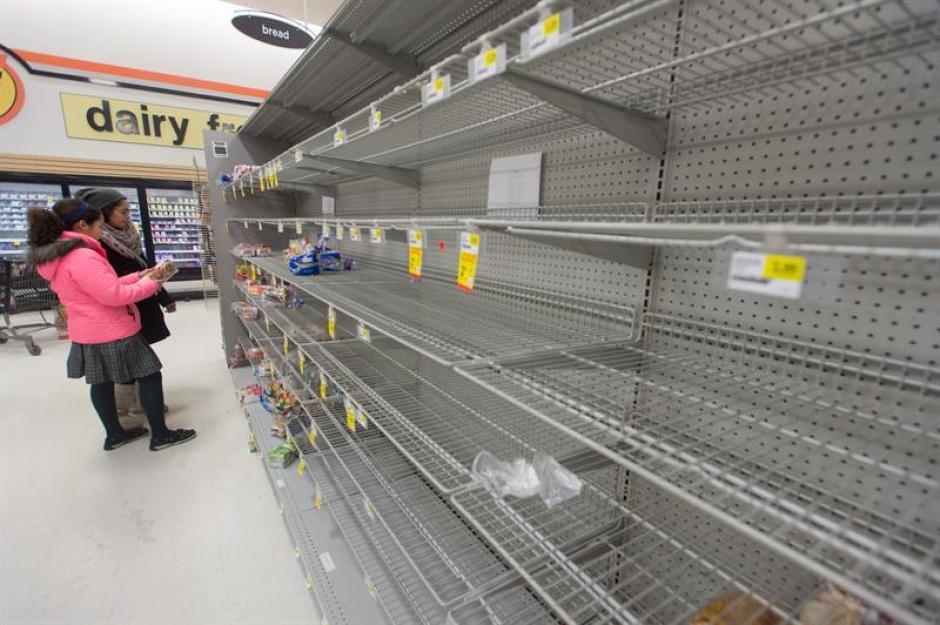 Clientes se abastecen para prepararse ante la tormenta de nieve que amenaza Virginia. (Foto: EFE)