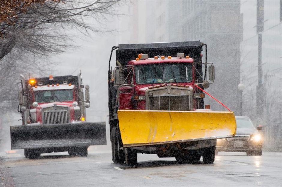 Vista de dos máquinas quitanieves en medio de la tormenta en Washington. (Foto: EFE)