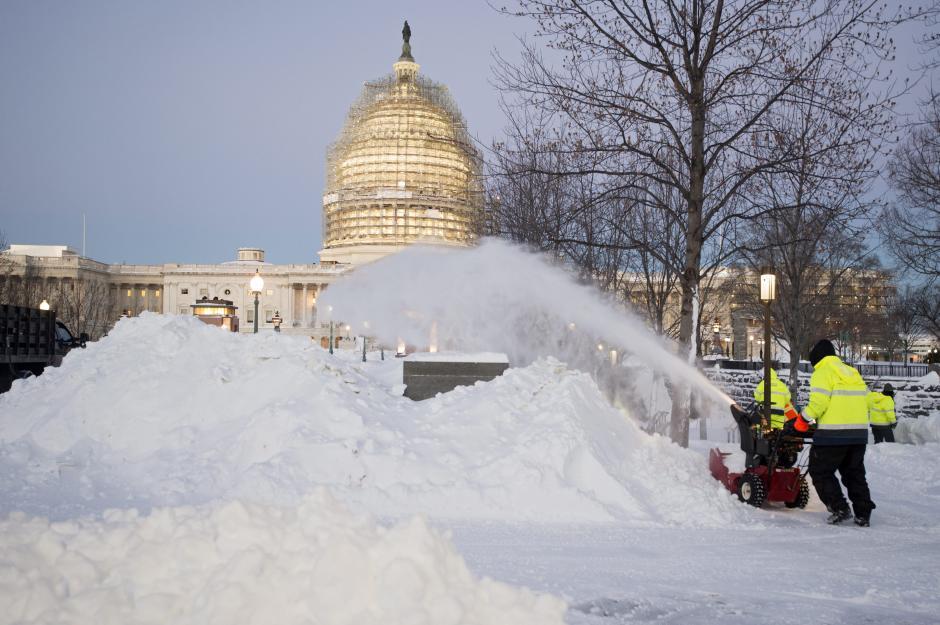 Trabajadores inician con la remoción de nieve de los jardines del Capitolio, en Washington, Estados Unidos. (Foto: EFE)