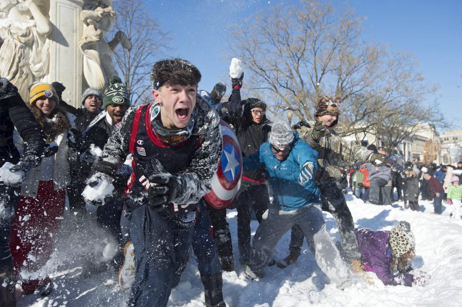 Residentes participan en una guerra de bolas de nieve en Dupont Circle en Washington. (Foto: EFE)