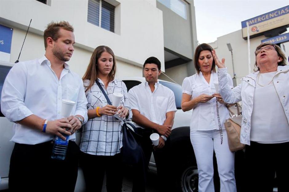 Familiares y amigos de Flores rezaron en las afueras del hospital por la salud del expresidente. (Foto: EFE)
