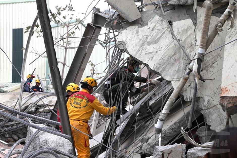 Los cuerpos de socorro realizan un árduo trabajo para el rescate de las víctimas. (Foto: EFE)