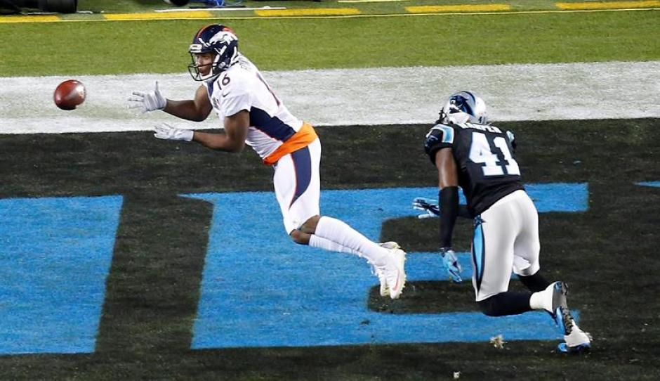 Bennie Fowler de los Broncos de Denver intercepta el ovoide durante una acción del juego. (Foto: EFE)