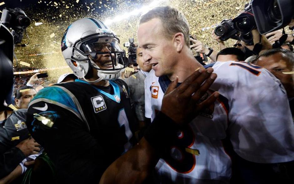 Peyton Manning (derecha) de los Broncos de Denver junto alquarterback Cam Newtonde los Panthers . (Foto: EFE)