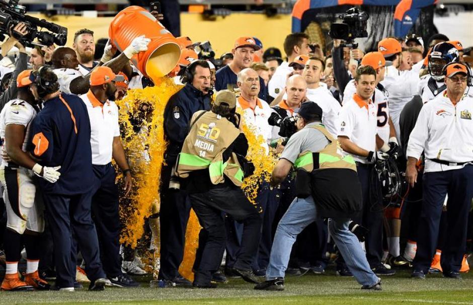 El tardicional baño del campeón fue realizado al entrenador Gary Kubiak, de los Broncos de Denver. (Foto: EFE)