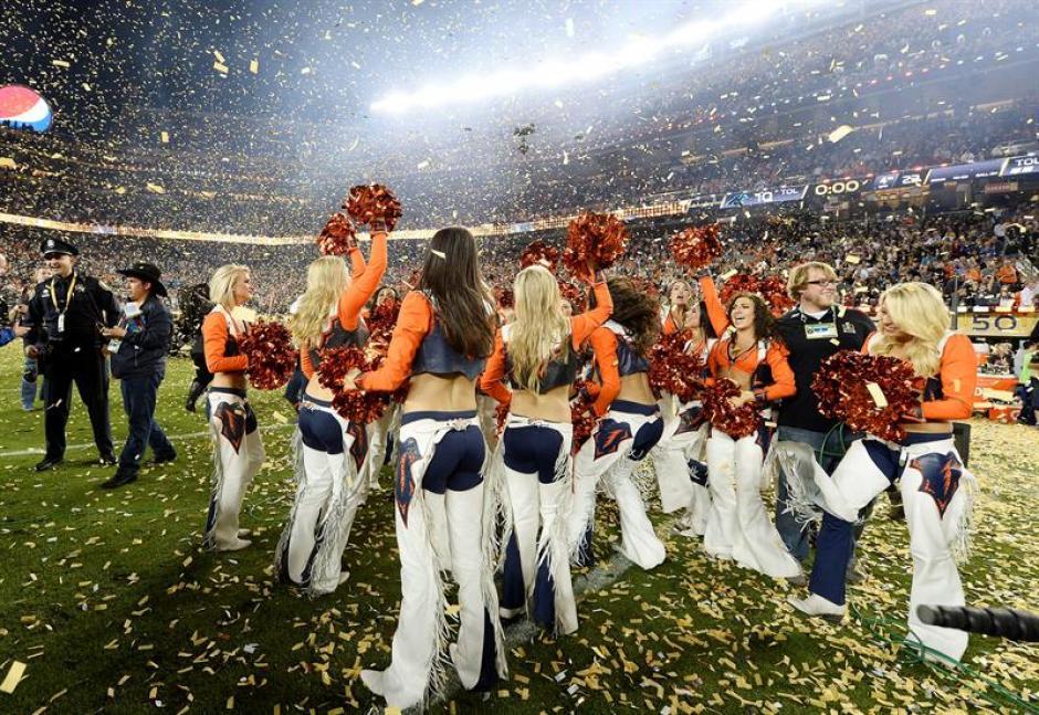 Las animadoras de los Broncos de Denver delebran luego de haber ganado el Super Bowl 50. (Foto: EFE)